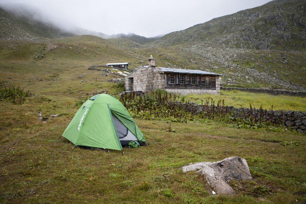 Yayla evinde biraz ısınıp bize ikram edilen sıcak çayları içtikten sonra bize gösterilen uygun yere kampımızı kurduk.
